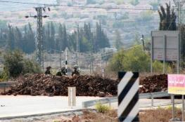 الاحتلال يغلق طريق بيت عوا بالسواتر الترابية