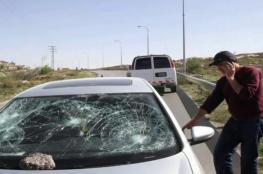 مستوطنون يغلقون الطريق بين نابلس وجنين ويهاجمون مركبات المواطنين