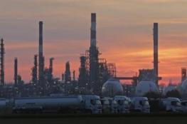 أسعار النفط تهبط مع استمرار التخمة في السوق