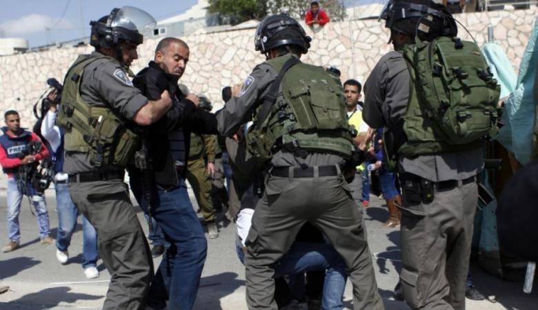الاحتلال يعتقل شابا بالقدس بعد الاعتداء عليه بالضرب