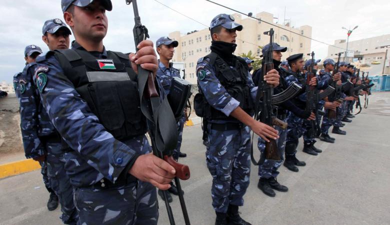 الشرطة تقبض على شاب هدد مواطنا وتضبط 3 قطع سلاح وذخيرة