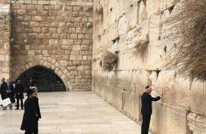 نائب الرئيس الأمريكي يؤدي صلوات تلمودية امام حائط البراق في القدس