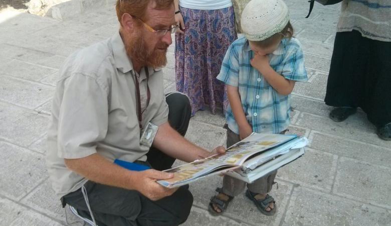 """المتطرف """"غليك """" يؤدي صلوات تلمودية على احد ابواب المسجد الاقصى"""