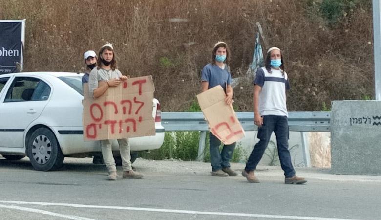 مستوطنون يغلقون طريق نابلس قلقيلية ويرشقون مركبات المواطنين بالحجارة