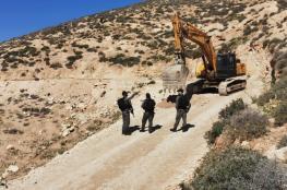 الاحتلال يغلق طريق خربة شعب البطم جنوب الخليل بسواتر ترابية