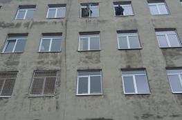 مصرع طفلين بعد قيام والدتهما بالقائهما من الطابق الخامس
