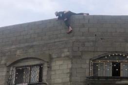 لأن زوجته تركت المنزل ..شاب فلسطيني يهدد بالانتحار