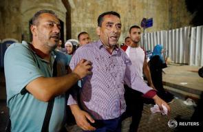 اصابات في قمع الاحتلال للمصلين امام ابواب الاقصى