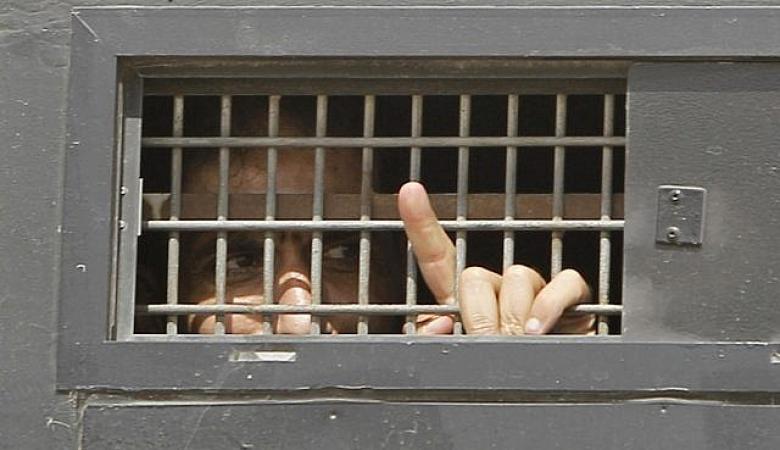 الأسرى في خمسة سجون يقررون خطوات احتجاجية