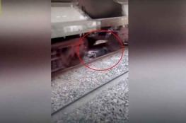 بالفيديو: هندي ينجو بإعجوبة بعد أن استلقى تحت القطار!!