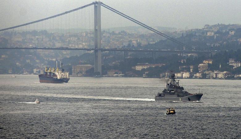 مدمرة امريكية تحت جسر اسطنبول الشهير تفجر غضب الاتراك