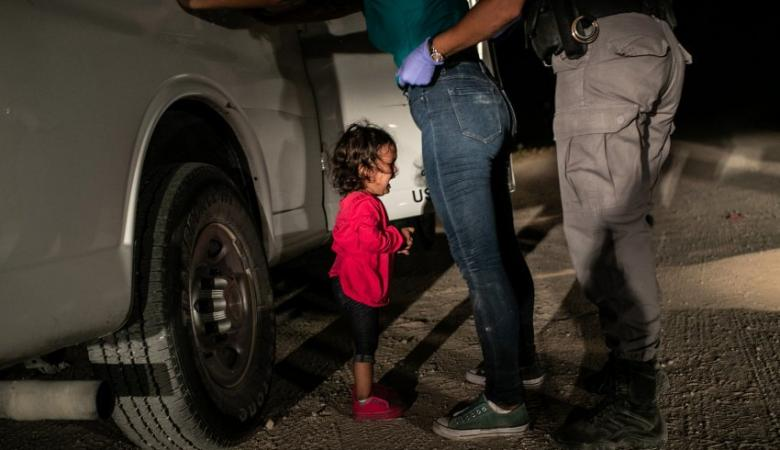 """""""الطفلة الباكية"""" تفوز بأفضل صورة في 2019... قصتها أجبرت السلطات الأمريكية لإصدار بيان خاص بها"""