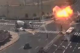"""شاهد: لحظة انفجار صاروخ وسط شارع مزدحم في """"إسرائيل"""""""