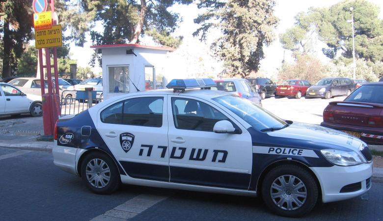مركبة فلسطينية تصدم سيارة شرطة إسرائيلية بالخليل