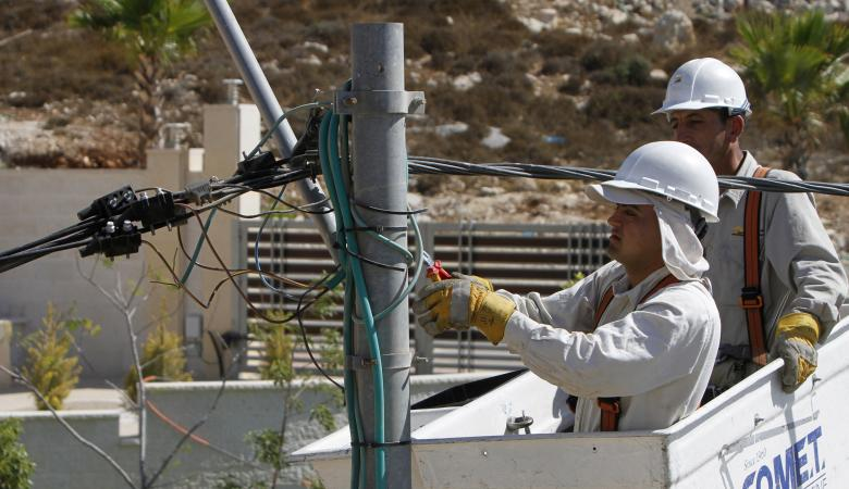 """شركة الكهرباء لمشتركيها : """"الاحتلال يحرض علينا """""""