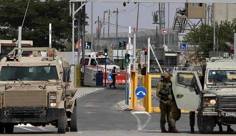 """الاحتلال يستولي على """"كرفانات"""" وبسطات تجارية على معبر الجلمة"""