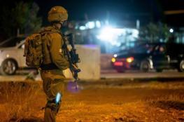 الاحتلال يعتقل 17 مواطناً ويزعم مصادرة أسلحة بالضفة