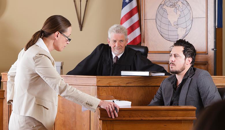محامية تضرب متهما بحذائها في المحكمة