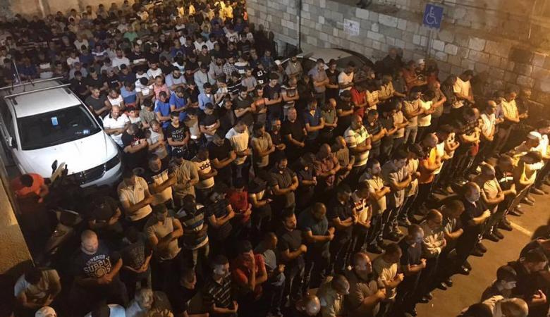 """مئات المقدسيين يؤدون """"العشاء"""" في الشوارع"""