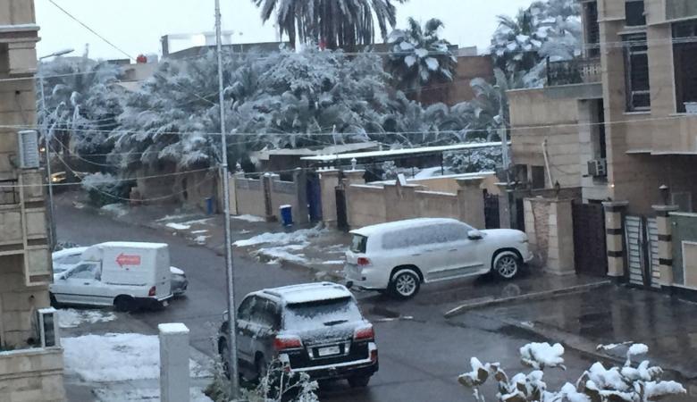 """مشاهد """"نادرة"""" الحدوث..تساقط الثلوج في بغداد"""