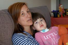 طفلة تعاني مرض نادر... الموت يهددها كلما تغفو!