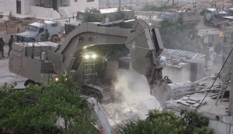 الاحتلال يخطر بهدم منزل ويصور ثلاثة أخرى في يطا جنوب الخليل