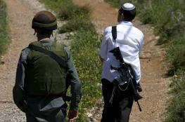 مستوطن يفتح النار على شاب فلسطيني ويصيبه بجراح شرق الخليل