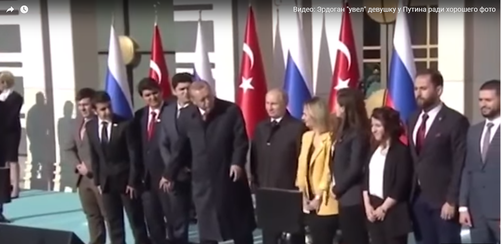 """حركة ذكية من أردوغان """"يخطف"""" فتاة من بوتين لتتوازن الصورة التى نوى التقاطها"""
