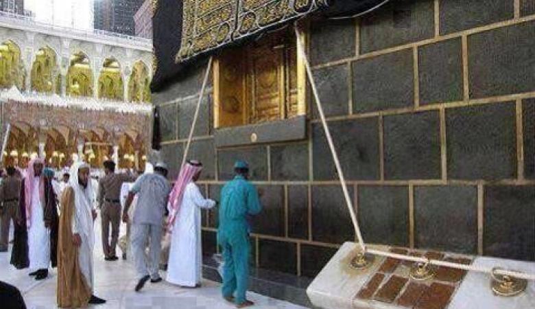 شاهد ...هكذا يتم تنظيف الحرم باقل من ساعة وازالة 100 طن من الاوساخ