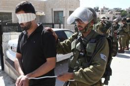 جنود الاحتلال يلتقطون الصور اثناء تعذيبهم لأسيرين من قلقيلية