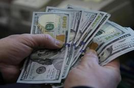 الدولار يستقر قرب أدنى مستوياته منذ شهر ونصف