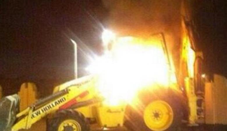 المستوطنون يحرقون جرافة ويخطون شعارات عنصرية جنوب نابلس
