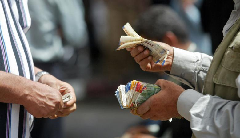 اعلام : اسرائيل توقف اقتطاع رواتب الاسرى والشهداء