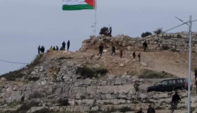 رفع العلم الفلسطيني على قمة اعلى جبل في بيتا
