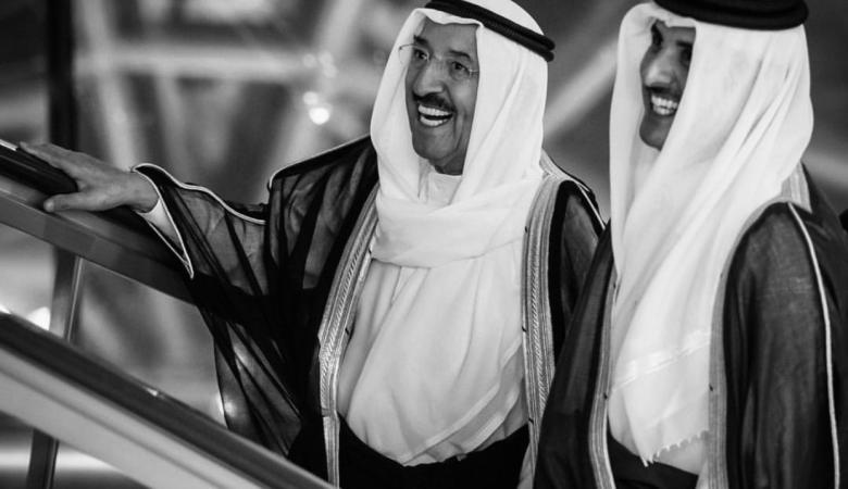 شاهد ..امير قطر يبكي حزنا على وفاة امير الكويت السابق