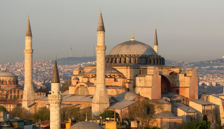 """تلاوة القرآن ورفع الآذان في """"آيا صوفيا """" تزعج اليونان وتركيا تندد"""