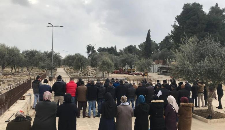 مقدسيون يؤدون صلاة الظهر امام باب الرحمة لليوم الثاني على التوالي