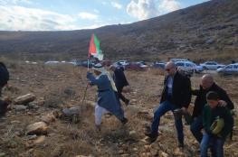 عشرات المواطنين يؤدون صلاة الجمعة على أراضيهم المهددة بالاستيلاء شمال طولكرم