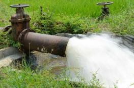 المستوطنون يضخون مياه عادمة الى اراضي المواطنين جنوب نابلس