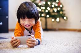 """طفل يغلق هاتف والدته """"الآيفون"""" لمدة 48 عاماً!"""