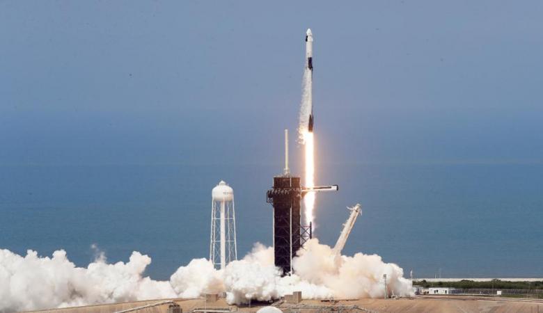شاهد ..إنطلاق أول رحلة أمريكية مأهولة للفضاء منذ 9 سنوات