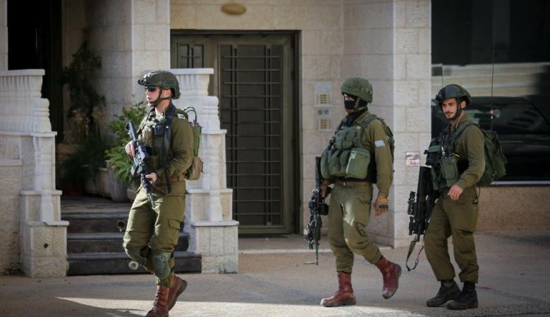 الاحتلال يداهم رام الله ويعتقل 6 مواطنين