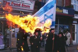 يهود حريدم يحرقون اعلام اسرائيل بالقدس المحتلة