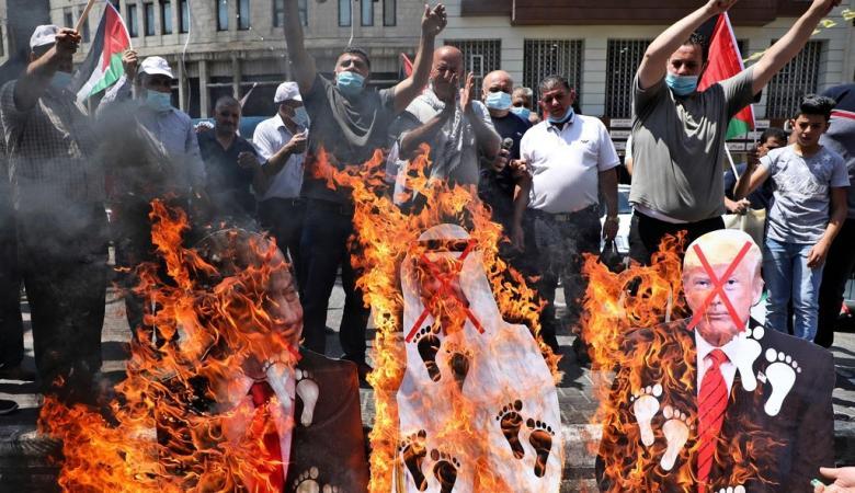 غضب شعبي ضد الامارات ومتظاهرون يحرقون صور بن زايد