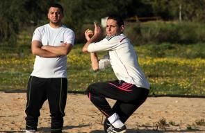 شبان يتدربون على لعبة البيسبول في غزة