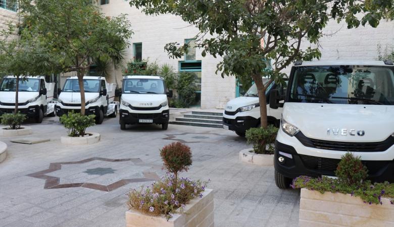 بلدية الخليل توفر خمس مركبات جديدة خاصة بجمع النفايات