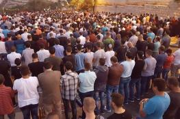 آلاف المقدسيين يؤدون صلاة المغرب في أقرب نقاط للأقصى