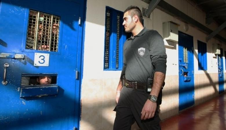"""إدارة سجون الاحتلال تخلي قسمي 17 و18 في """"عوفر"""" وتحولهما إلى أقسام للحجر الصحي"""