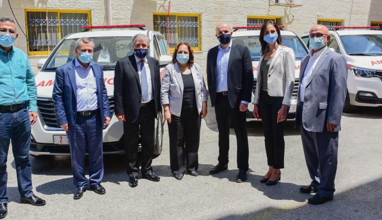 """""""أيبك"""" تقدم 6 سيارات أسعاف مجهزة بالكامل لوزارة الصحة"""