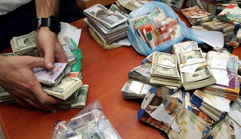 مواطن يسلم الشرطة حقيبة تحوي 4 ملايين شيقل عثر عليها قرب متجره